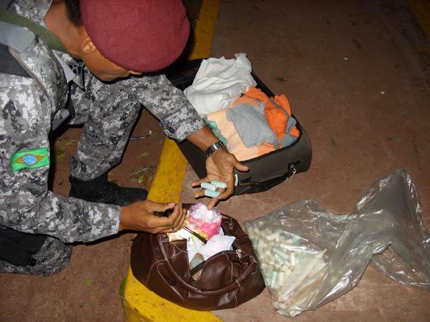 Operação conjunta deteve casal que transportava droga em bolsa e cinturões