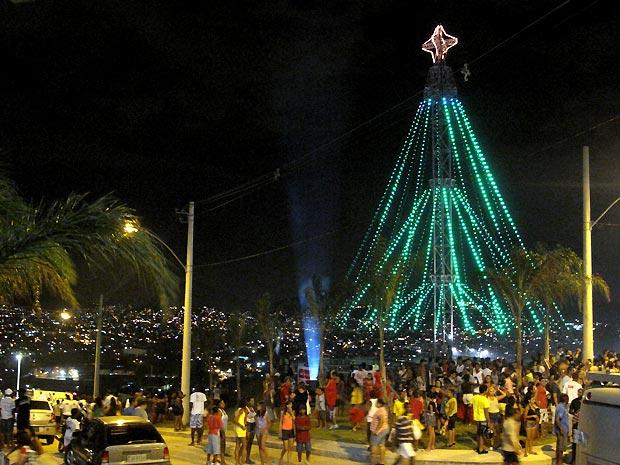 Árvore de Natal do Alemão é revestida de LED e tem 20 metros de altura