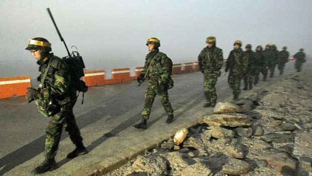 Soldados sul-coreanos patrulham a Ilha de Yeonpyeong na manhã desta segunda-feira (20), horário local.
