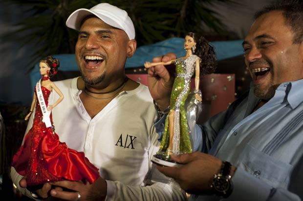 Jose Luis Revette (esq) e Ricardo Mendible comemoram resultado do concurso. Boneca de Revette foi a campeã e a de Mendible ficou em segundo.