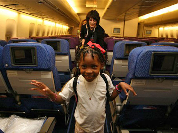 Avião vindo de Porto Príncipe também transporta 105 parentes e médicos.
