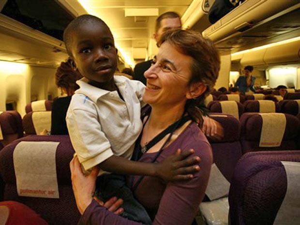 Mulher leva criança em voo para a França, de Porto Príncipe