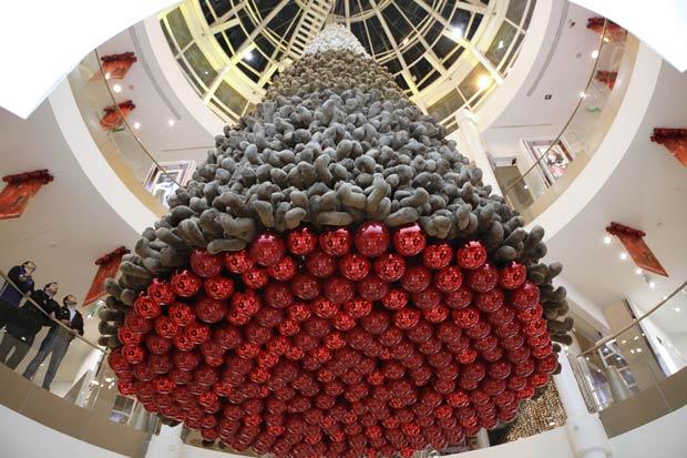 Um shopping em Beirute, no Líbano, criou uma árvore de Natal feita com ursinhos de pelúcia.