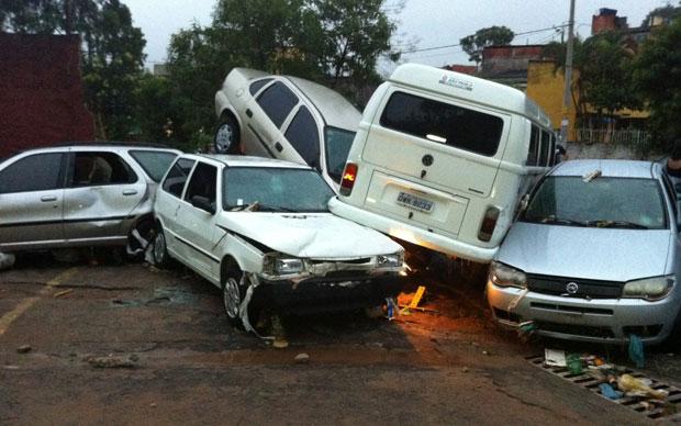 Pela manhã, o resultado da força da água que arrastou os carros