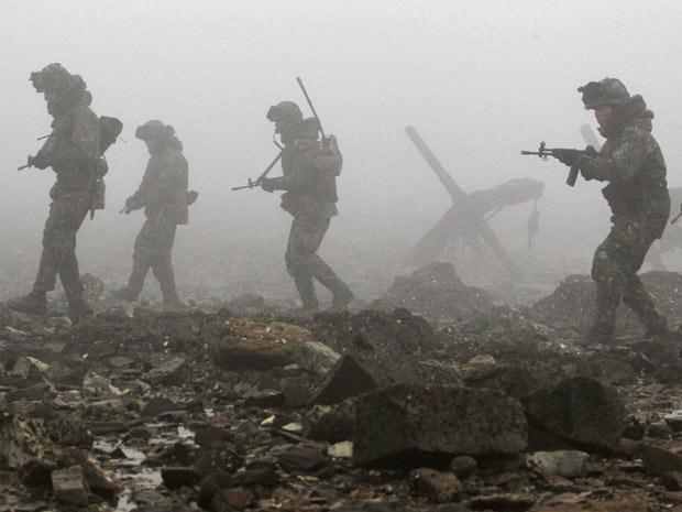 Soldados sul-coreanos patrulham região de Dangjin, 120 km ao sul de Seul, em foto liberada nesta quarta-feira (22)