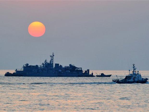 Navio sul-coreano navega perto da ilha Yeonpyeong, atacada pelo Norte em novembro deste ano