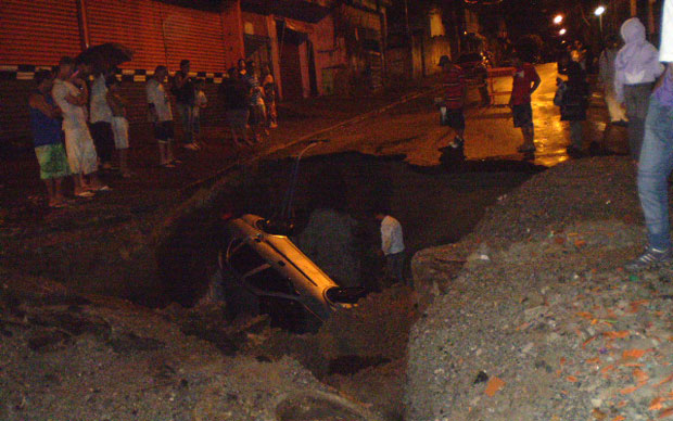 Na região da Estrada do M'Boi Mirim, carro caiu dentro de uma cratera aberta na rua
