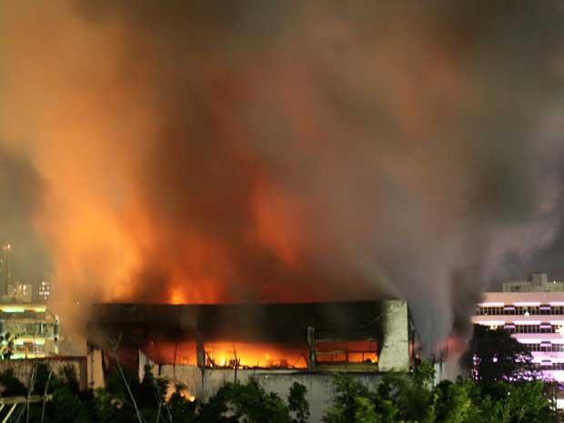 Incêndio no prédio da Oi em Salvador teve início na manhã desta terça-feira (21). À noite, o Corpo de Bombeiros ainda não havia debelado as chamas.