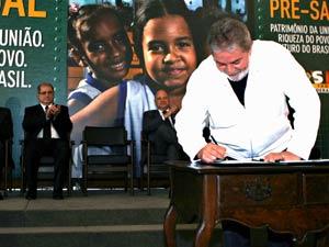 O presidente Luiz Inácio da Silva assina lei que cria o Regime de Partilha do pré-sal e Fundo Social do pré-sal