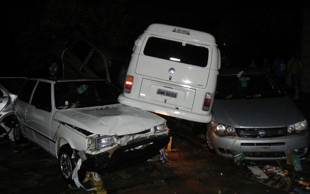 Carros amontoados após serem arrastados pela enxurrada