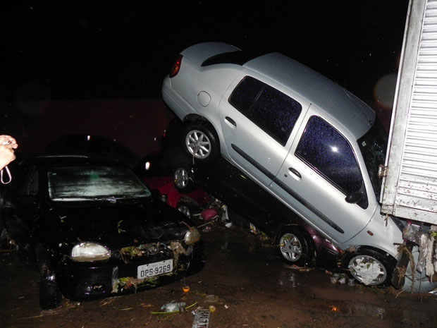 Veículos ficaram danificados