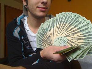 Miguel Targa, 21, mostra o dinheiro que recebeu do Google por descobrir uma falha no Orkut.