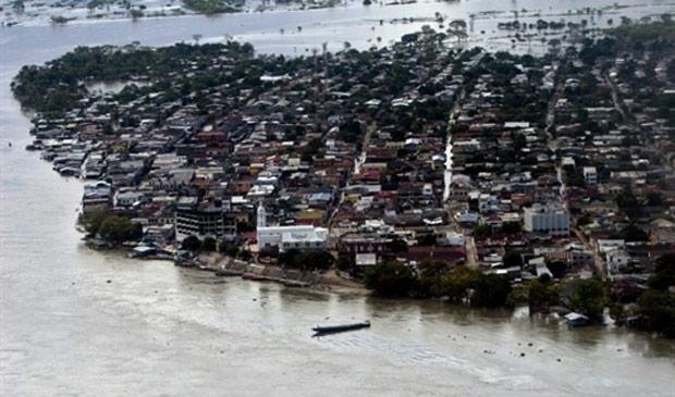 Vista aérea de El Banco, na Colômbia, cidade inundada pela água do rio Magdalena após fortes chuvas