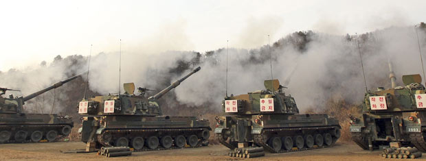 Treinamento militar da Coreia do Sul em região montanhosa de Pocheon, nesta quinta-feira (23)