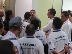 No aeroporto de Cumbica, em Guarulhos, funcionário de companhia aérea discute com representantes de sindicato