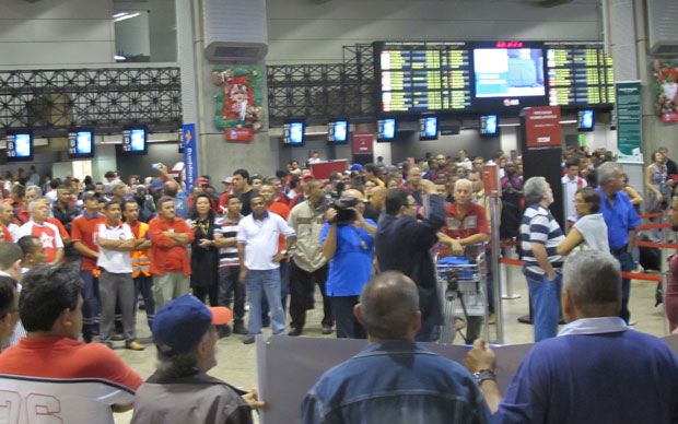 Trabalhadores do setor aéreo se reuniram no saguão do aeroporto de Cumbica durante a madrugada