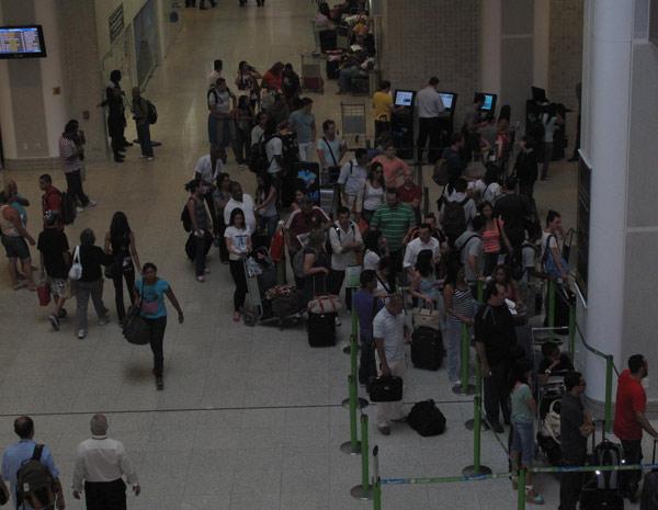 Saguão de embarque do Aeroporto Santos Dumont tem movimentação intensa, mas sem problemas.