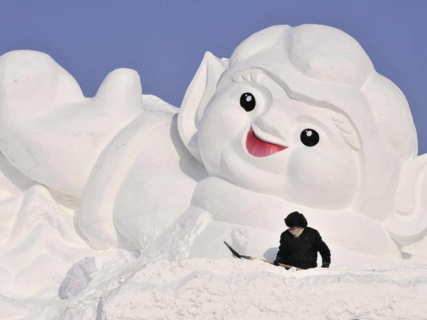 Homem prepara escultura para o Festival Internacional de Gelo e Neve de Harbin, na província chinesa de Heilongjiang