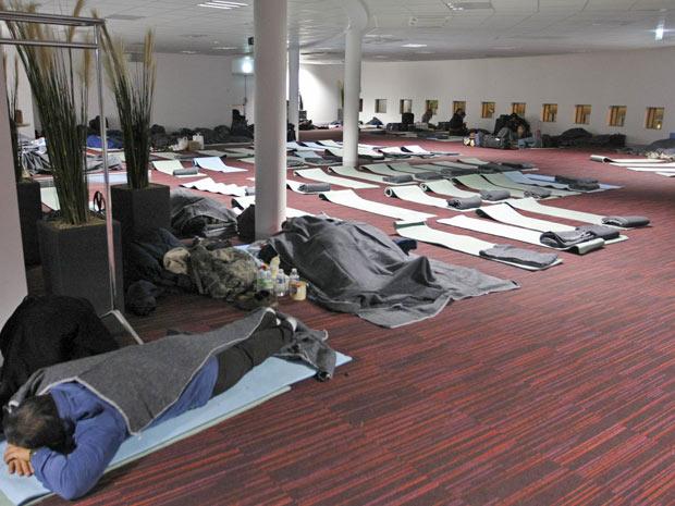 Passageiros dormem em terminal ao esperar por voos no aeroporto Charles de Gaulle