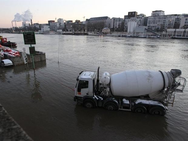 Caminhão parado em uma das margens do rio Sena, em Paris, neste sábado (25)
