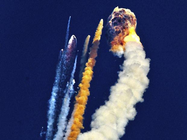 Um foguete indiano que carregava um satélite de comunicações explodiu no ar pouco após o lançamento, neste sábado (25), no sul da Índia, segundo imagens da televisão local. O foguete explodiu e gerou uma bola de fumaça e fogo depois de decolar do centro espacial de Sriharikota, a 80 quilômetros da cidade de Chennai.