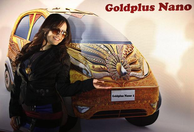 O modelo Tata Nano, conhecido em todo o mundo por ser o carro mais barato produzido em série, ganhará uma versão especial coberta em ouro. Ela foi desenvolvida em parceria com a joalheria indiana Goldplus, sob a administração do Grupo Tata, para celebrar os 5 mil de tradição do trabalho de ourives na Índia. O Nano Goldplus foi revelado nesta sexta-feira (24), em Bangalore (Índia) pela atriz indiana Jeniffer Kotwal, mas será apresentado ao público apenas em maio de 2011.