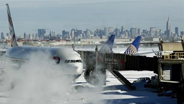 Avião parado no aeroporto de Newark, em Nova Jersey, nesta segunda-feira (27), com a cidade de Nova York ao fundo.