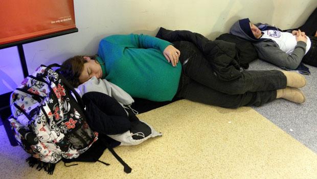 Grávida de 7 meses dorme no chão do aeroporto à espera do vôo em NY