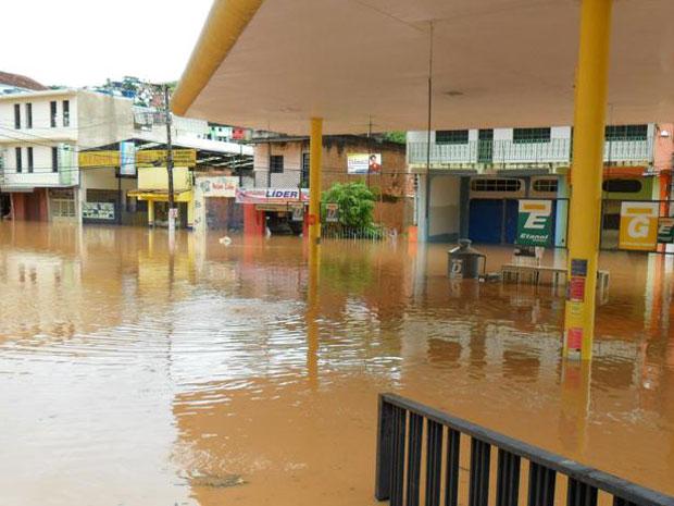 Bombas de posto de gasolina ficaram cobertas pela água da enchente