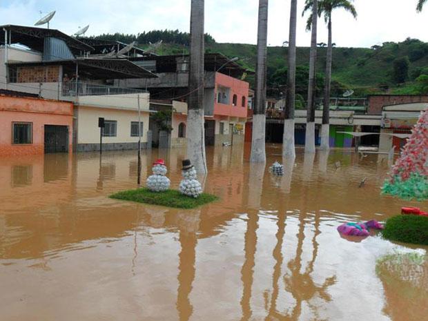 Praça com decoração de natal ficou tomada pela água