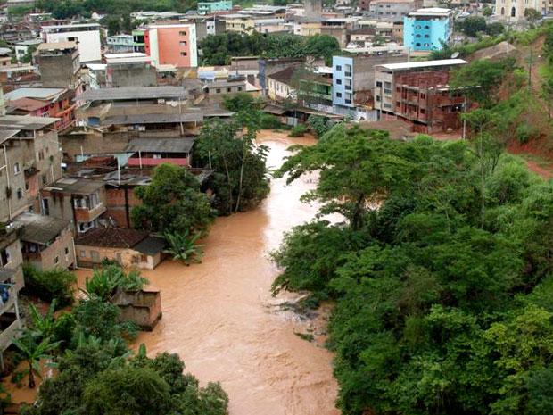 Rio transbordou e água tomou as ruas da cidade