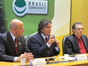 O ministro José Gomes Temporão (centro) ao lado de coordenadores da área de Saúde Bucal do ministério