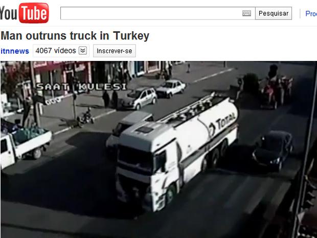 Imagem mostra o pedestre correndo à frente do caminhão na Turquia.
