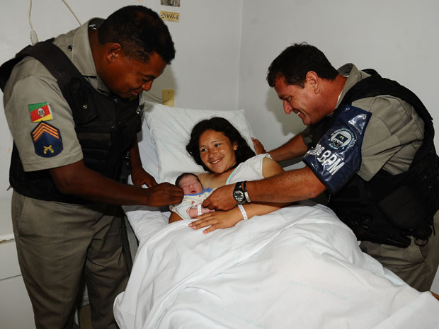 Mulher dá à luz em viatura da Brigada Militar porto alegre