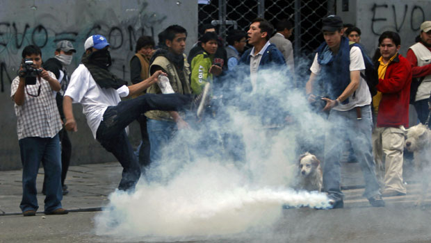 Polícia tenta dispersar protesto na Bolívia com bombas de gás lacrimogêneotenta.