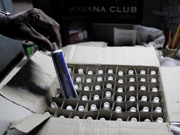 Morador retira pasta de dente em loja de Havana nesta quarta-feira (29).