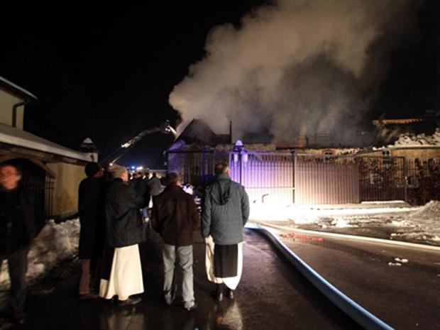 Bombeiros combatem fogo em abadia em Rochefort na madrugada desta quinta-feira (30).