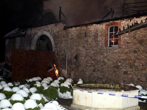 Fumaça ergue-se do prédio em chamas na madrugada desta quinta-feira (30).