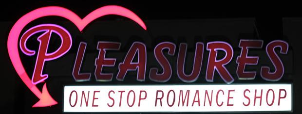 A Romance afirma ser o primeiro drive thru de artigos adultos dos EUA, oferecendo vibradores, lubrificantes, roupas íntimas e outros acessórios para casais que querem rapidez e discrição.