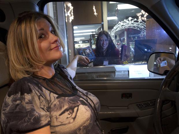 A usuária Brandi McNaron faz compras na loja. Segundo as proprietárias, os carros chegam a formar filas para serem atendidos.