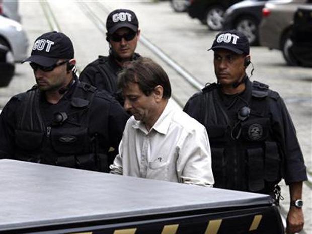 Cesare Battisti chega à Polícia Federal, no Rio de Janeiro, no início de dezembro.