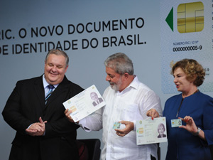 O ministro da Justiça, Luiz Paulo Barreto, o presidente Lula e a primeira-dama Marisa Letícia durante lançamento do novo Registro de Identidade Civil (RIC), no Ministério da Justiça