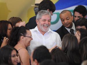 O presidente Lula posa para foto durante cerimônia de inauguração simultânea de obras, no Palácio do Planalto