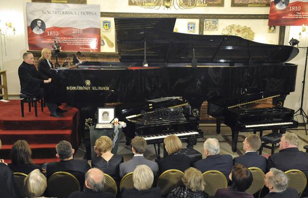 Os pianistas Romuald Koperski e Stanislaw Deja tocam no maior piano de cauda do mundo, durante concerto nesta quinta-feira (30) em homenagem ao bicentenário do nascimento do compositor polonês Fréderic Chopin, na cidade de Szymbark. O instrumento tem 6,07 metros de comprimento, 2,495 metros de largura, 1,925 metro de altura e pesa 1,82 tonelada. Dois pianos normais foram colocados ao lado para dar a dimensão do instrumento. Seus criadores querem entrar no livro Guinness de Recordes.