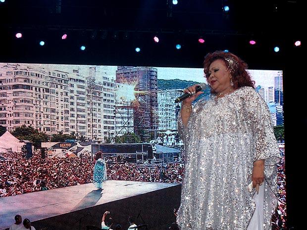 Depois de uma hora de apresentação, a cantora Alcione deixou o Palco Brasil: