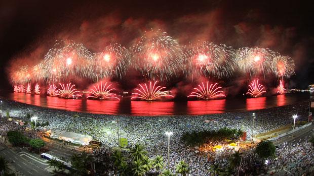 Show de fogos ilumina Copacabana (Wagner Meier / Foto Arena / AE)
