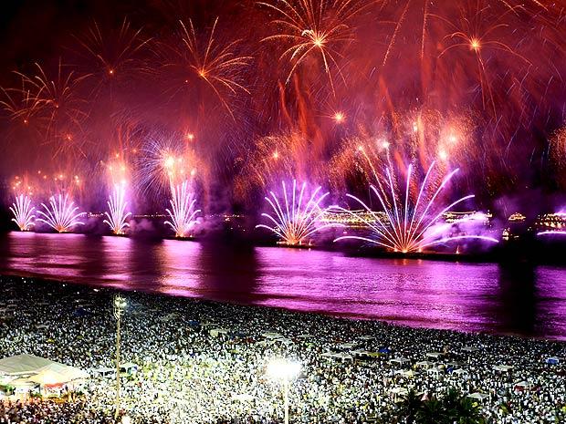 Queima de fogos em Copacabana durou 16 minutos e emocionou o público