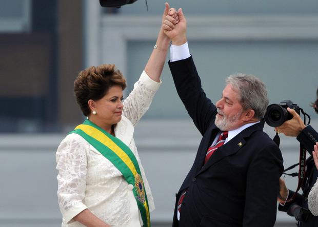 A presidenta Dilma Rousseff recebe a faixa presidencial de Lula, no parlatório do Palácio do Planalto