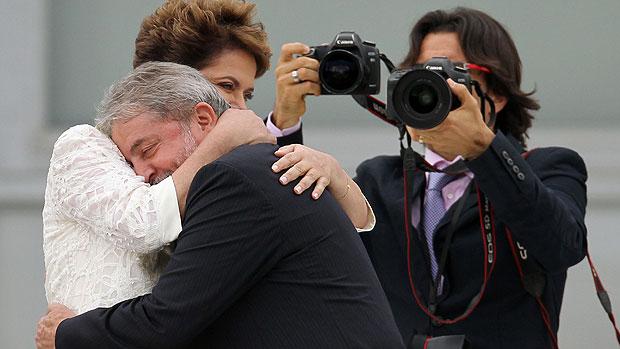 Dilma recebe faixa, e Lula deixa o Planalto