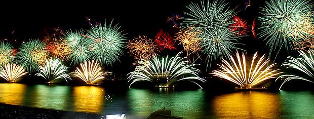O show de fogos misturou música, cores e desenhos no céu de Copacabana